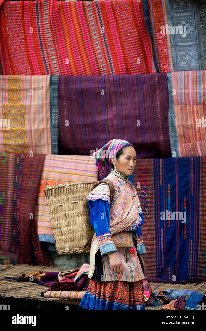 Las mujeres Hmong de flores en el mercado dominical de Bac Ha. La provincia de Lao Cai, Vietnam del Norte Imagen De Stock
