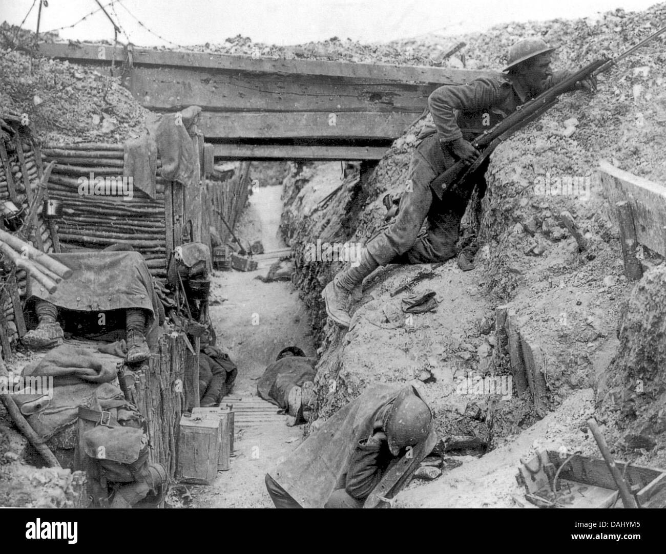 Los soldados del Regimiento de Cheshire, una empresa,11º Batallón, en Ovilliers-la-Boiselle, durante la batalla Foto de stock