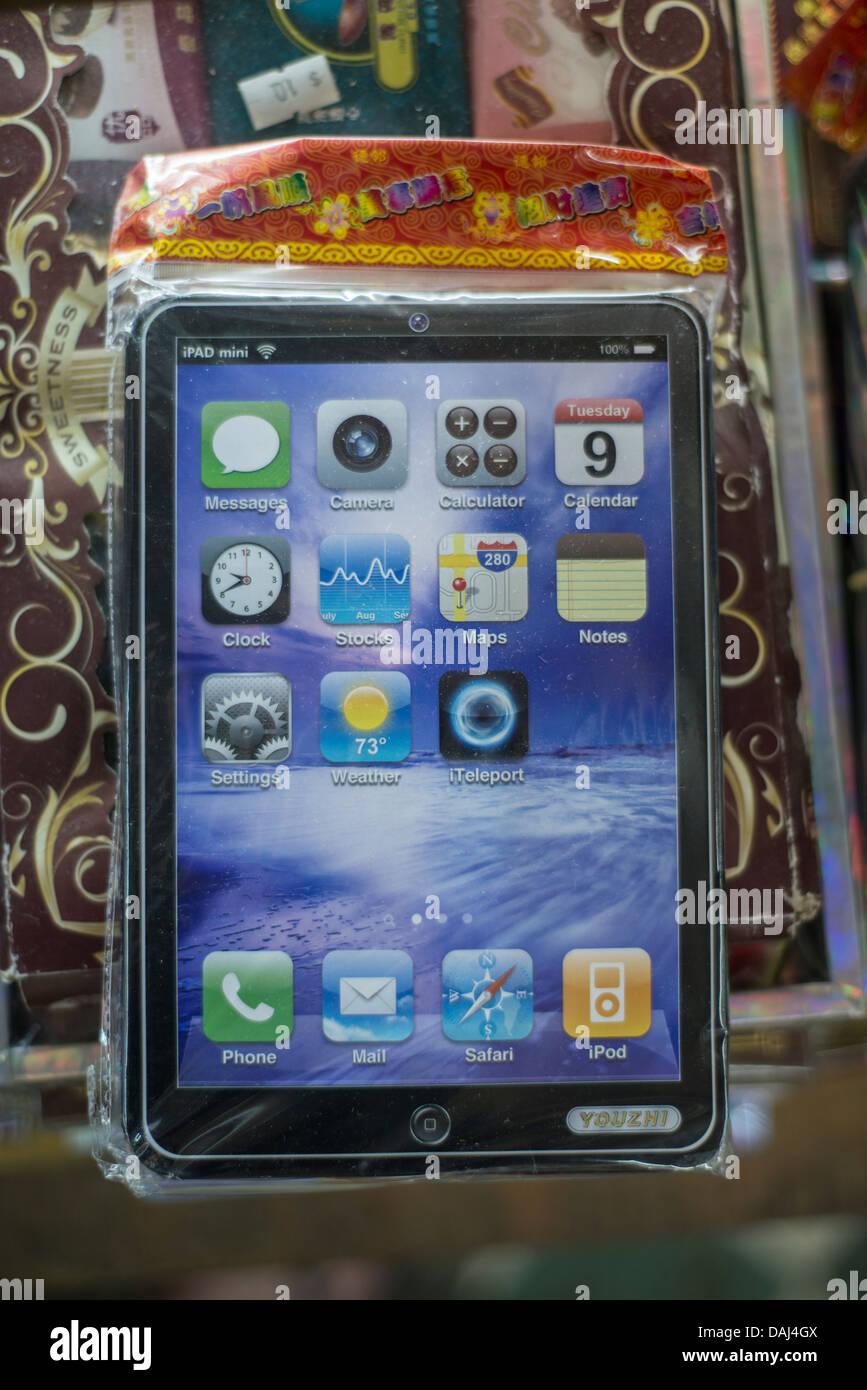 Un documento en el iPad mini, incinerados como ofrenda a los muertos, se ve a la venta en una tienda en Quarry Bay, Imagen De Stock