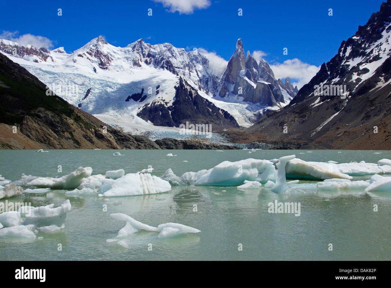 Cerro Torre y Laguna Torre con pequeños icebergs flotantes; también Cerro Grande, Cerro Doblado, Cerro Adela, Chile, Patagonia, Parque Nacional Los Glaciares, El Chalten Foto de stock