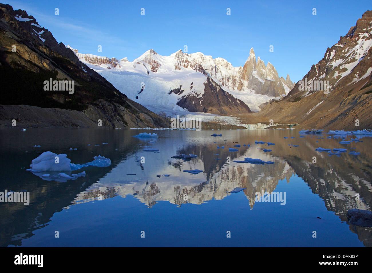 El cerro Torre en la luz de la mañana, la Laguna Torre con pequeños icebergs, también Cerro Grande, Cerro Doblado, Cerro Adela, Patagonia, Parque Nacional Los Glaciares, El Chalten Foto de stock