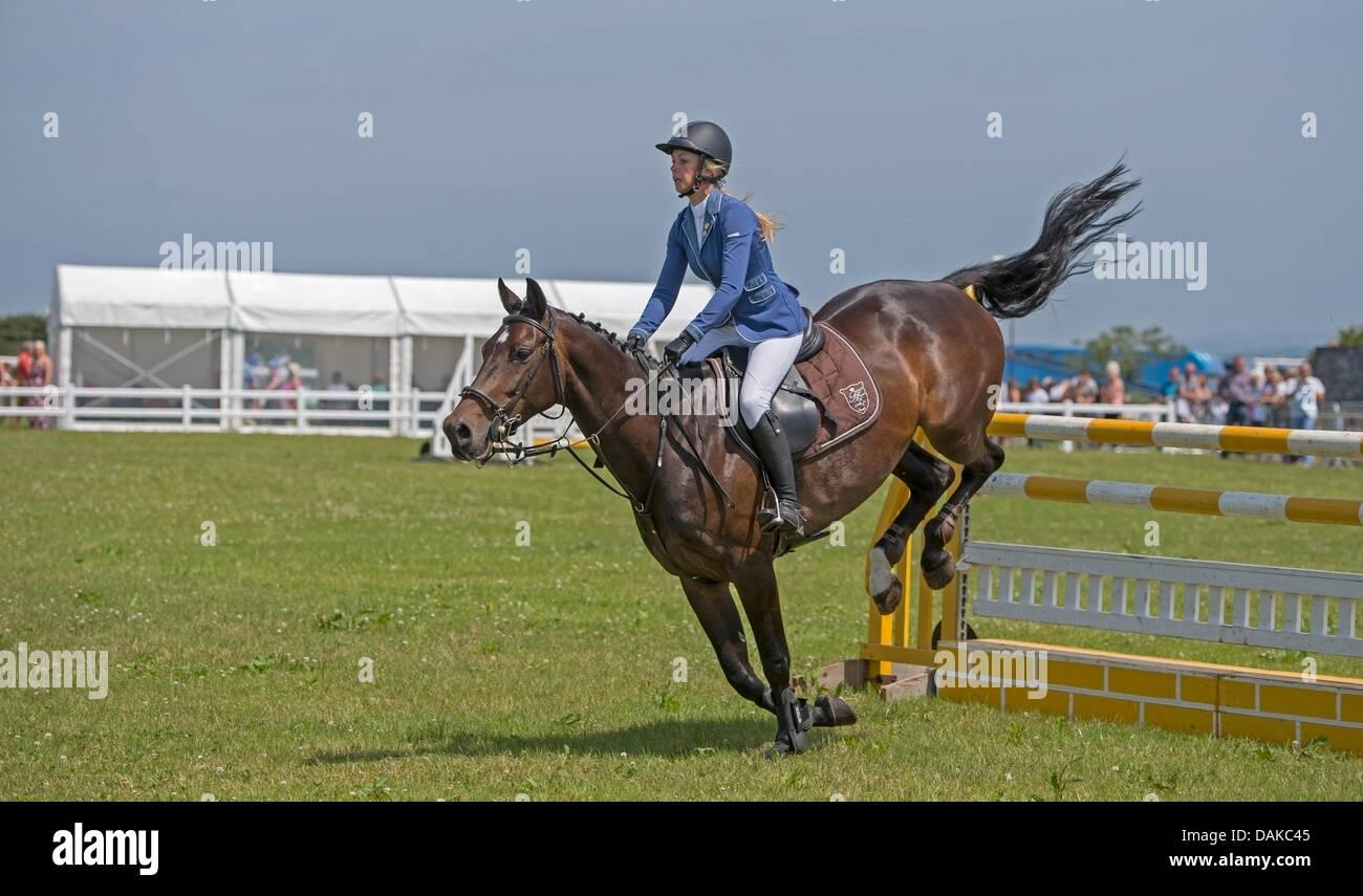 Stithians, Reino Unido. El 15 de julio, 2013. Caballo borra la valla durante el concurso hípico en la Stithians Imagen De Stock