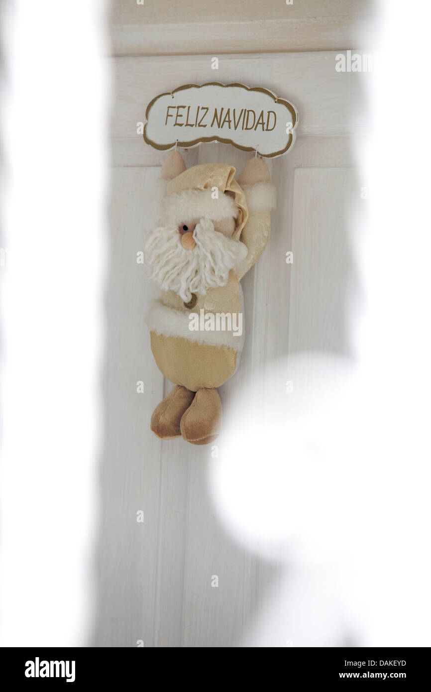 Feliz Navidad, Feliz Navidad Santa cuelga de una puerta delantera blanca Imagen De Stock