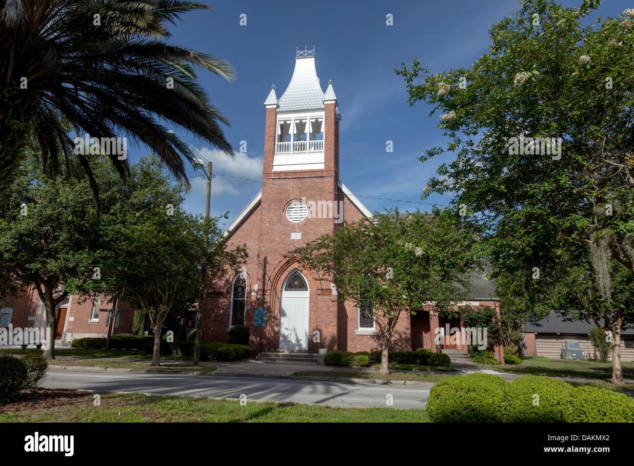 Fachada de ladrillo rojo principal de la histórica Iglesia Metodista Unida Fellowship Hall en Gainesville, Imagen De Stock
