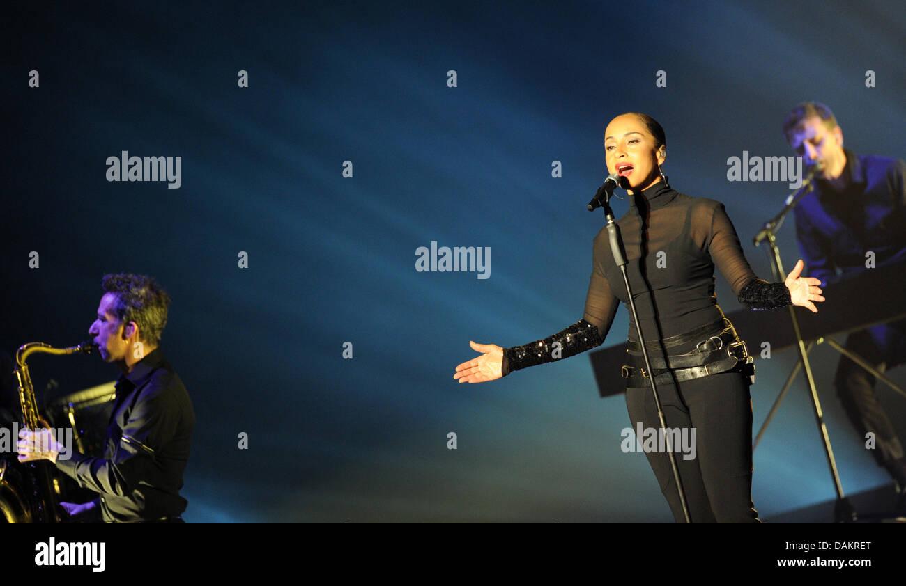 el cantante sade adu mantiene un concierto con su banda sade en el