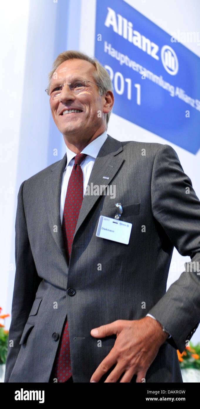 El gerente general de la compañía de seguros Allianz SE, Michael Diekmann, llega a la reunión general de la empresa en Munich, Alemania, 04 de mayo de 2011. El beneficio operativo de Allianz se mantuvieron estables en el primer trimestre de 2011 con 1,7 millones de euros. Foto: Frank Leonhardt Foto de stock