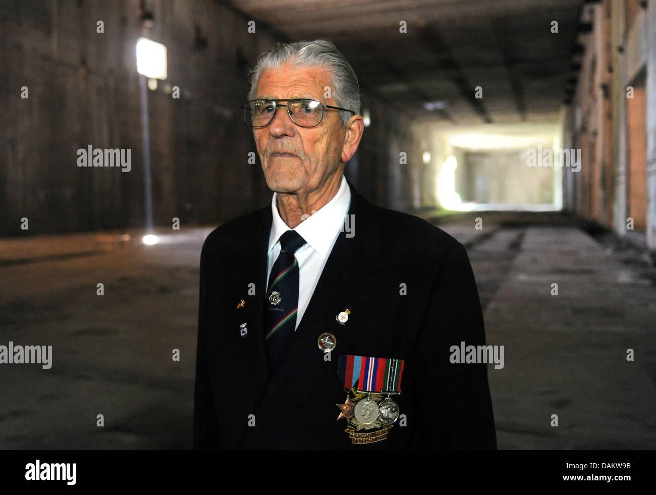 El ex trabajador forzado, Harry Callan desde Irlanda, visitas la apertura del monumento submarino 'Bunker Valentin' Imagen De Stock