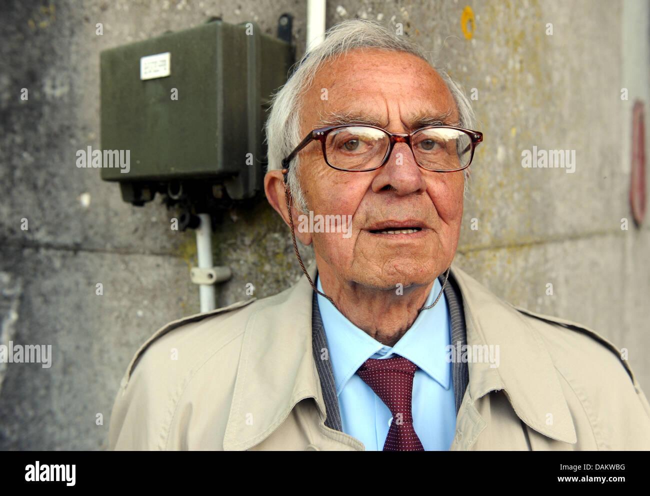 El ex trabajador forzado, Antonio Karl-Heinz Thermer, visitas la apertura del monumento submarino 'Bunker Valentin' Imagen De Stock