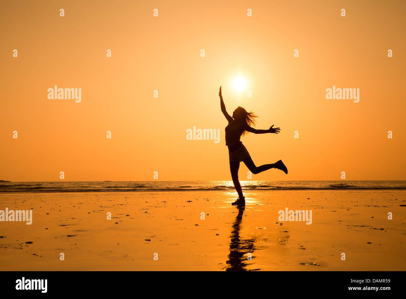 Silueta abstracta de feliz saltando joven niña, vida sana Imagen De Stock