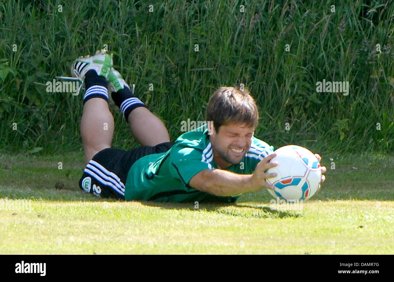 Wolfsburg's Diego sostiene un balón en un entrenamiento de circuito durante la Bundesliga alemana club Imagen De Stock