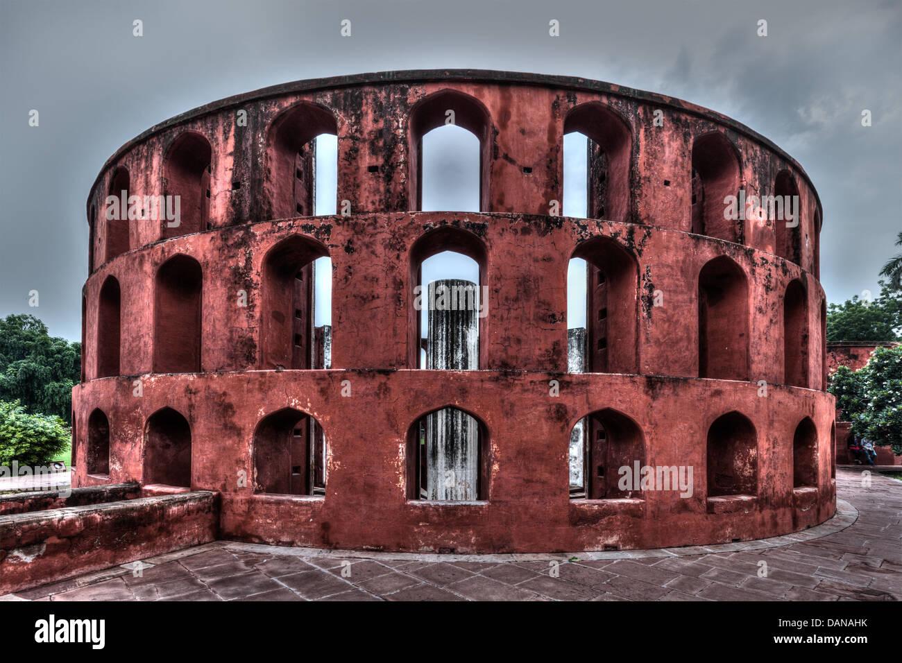 Jantar Mantar - antiguo observatorio con instrumentos de astronomía arquitectónica en Delhi, India Imagen De Stock
