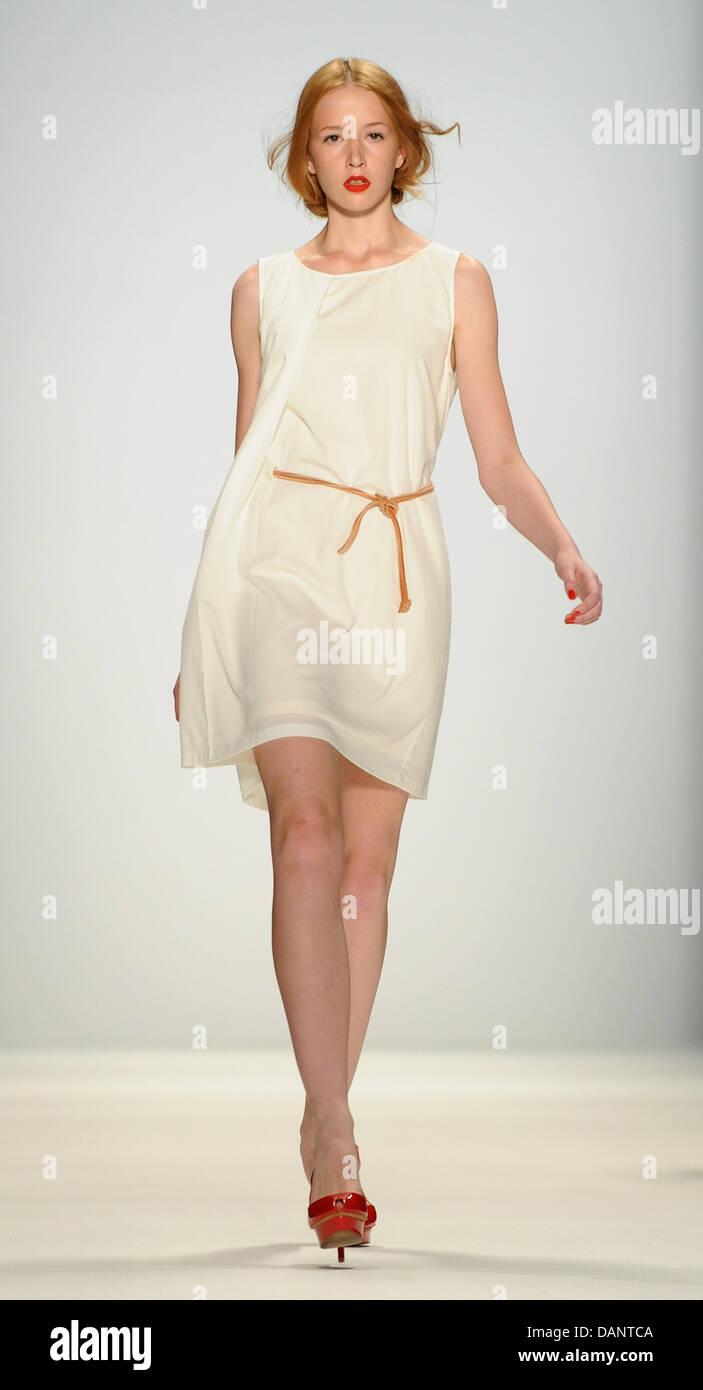 Una modelo presenta una creación de Hien Le marca de moda durante la Semana  de la c34efeed6c