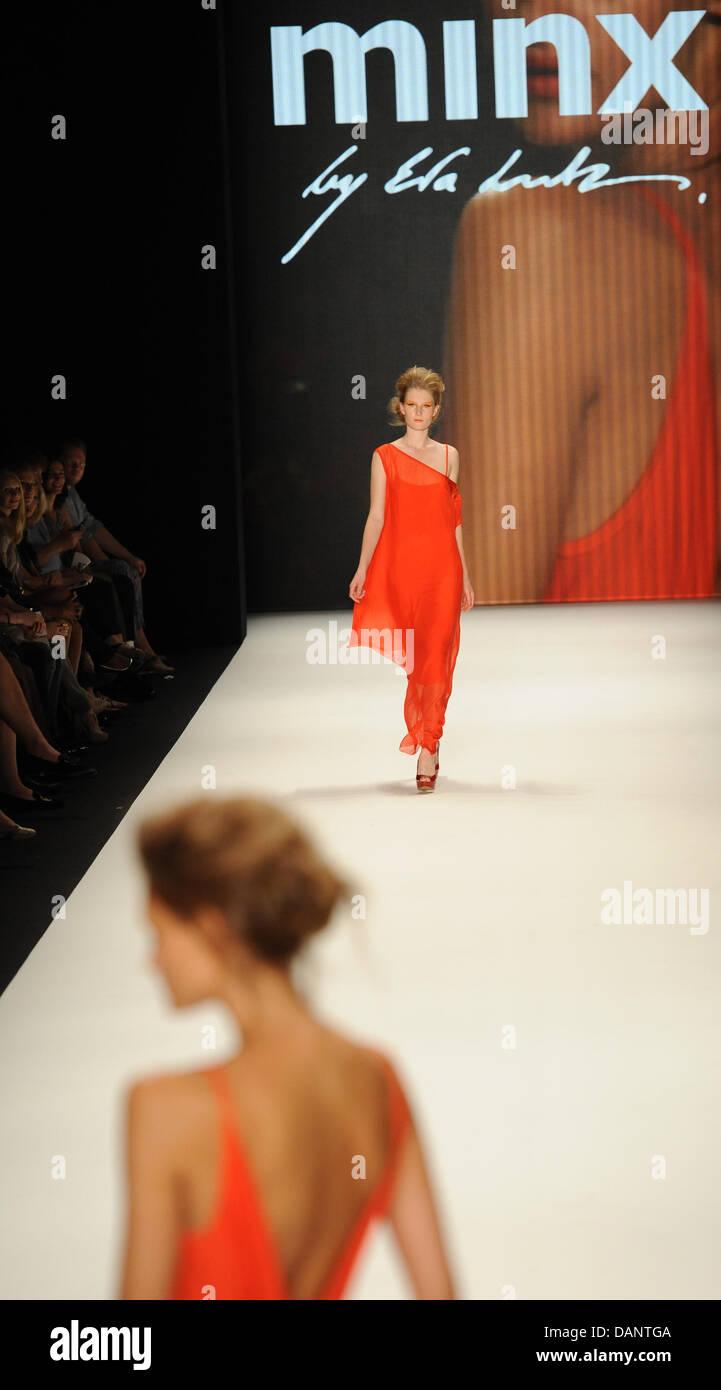 Modelos presentan las creaciones de Minx por Eva Lutz marca de moda durante  la Semana de 0acd69da0b