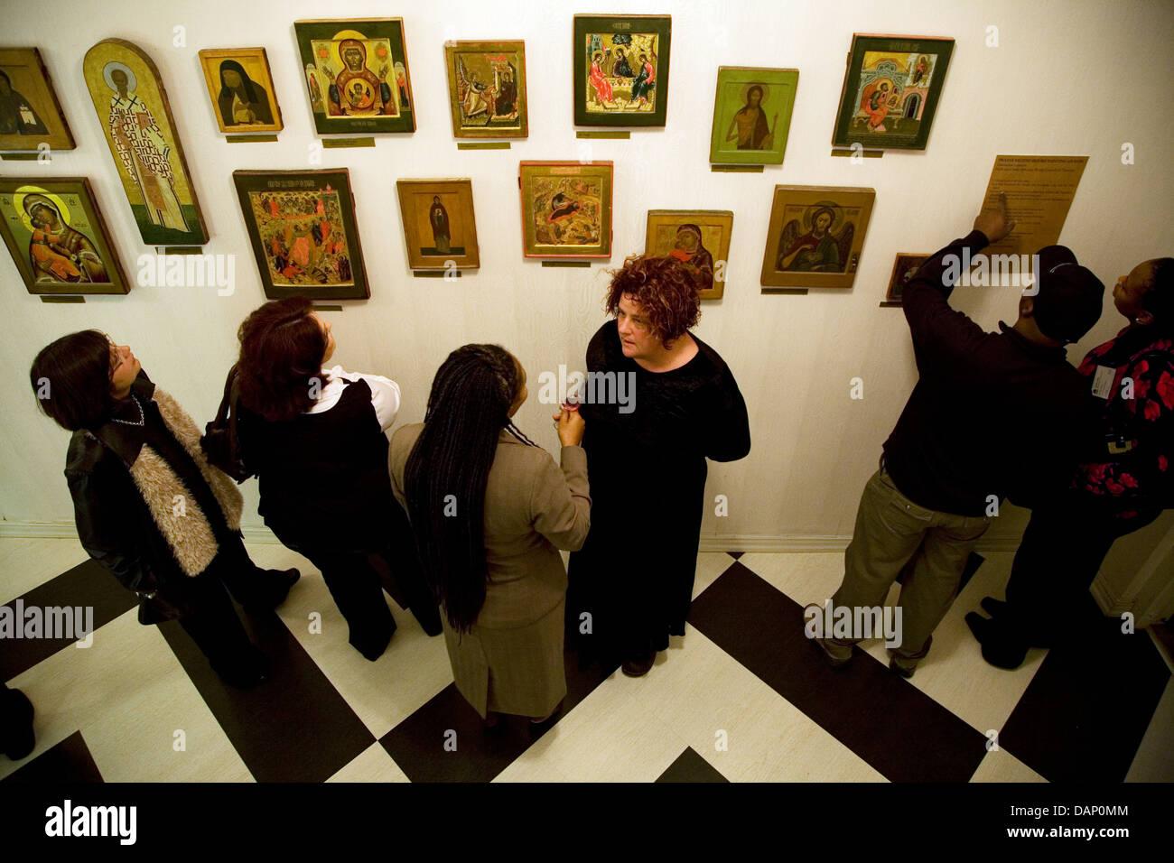 Los visitantes ver una colección privada de arte sacro en la Hazendal Wine Estate, Stellenbosch. Foto de stock