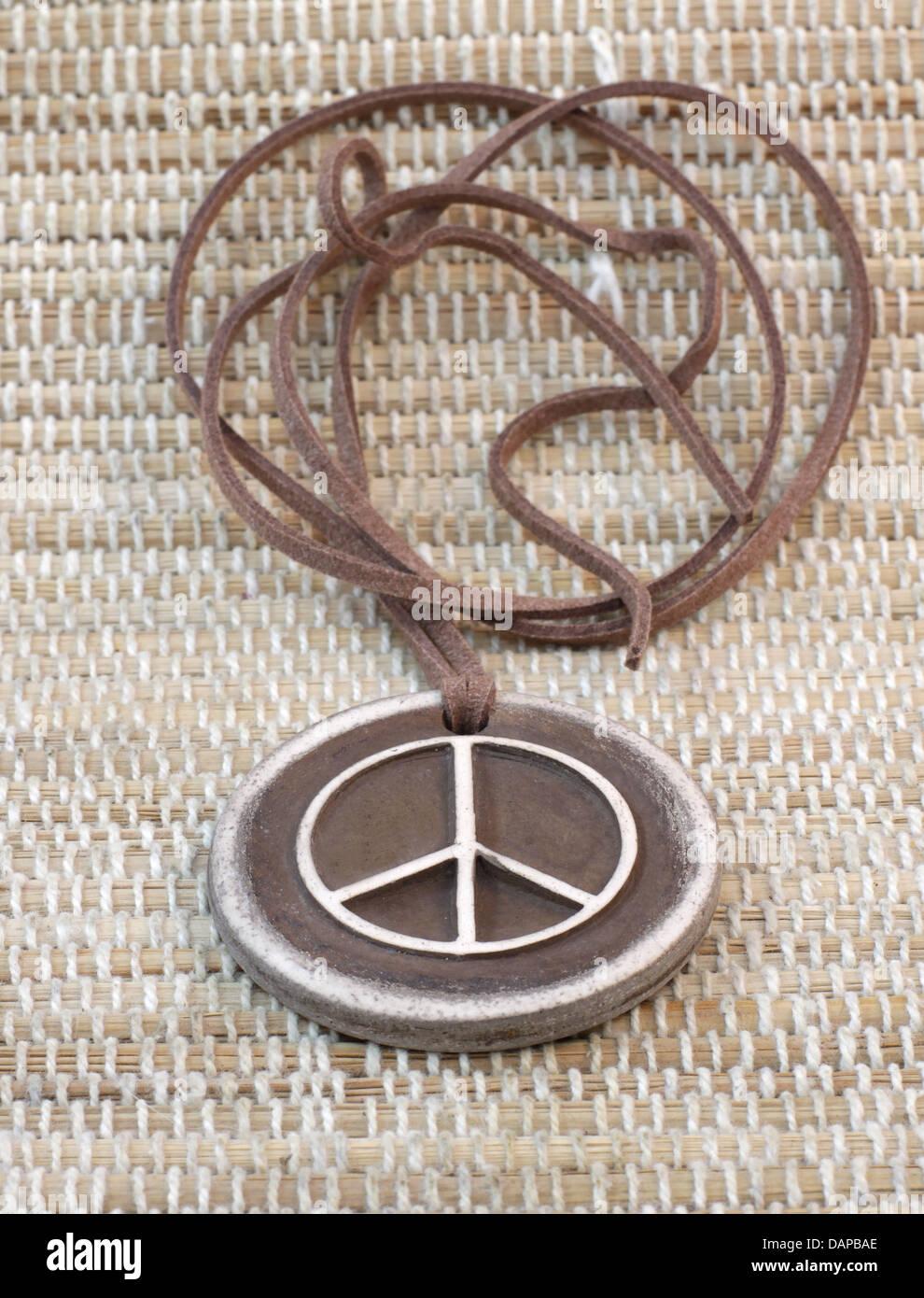 Colgante de arcilla artesanal pacifista el símbolo de la paz Imagen De Stock