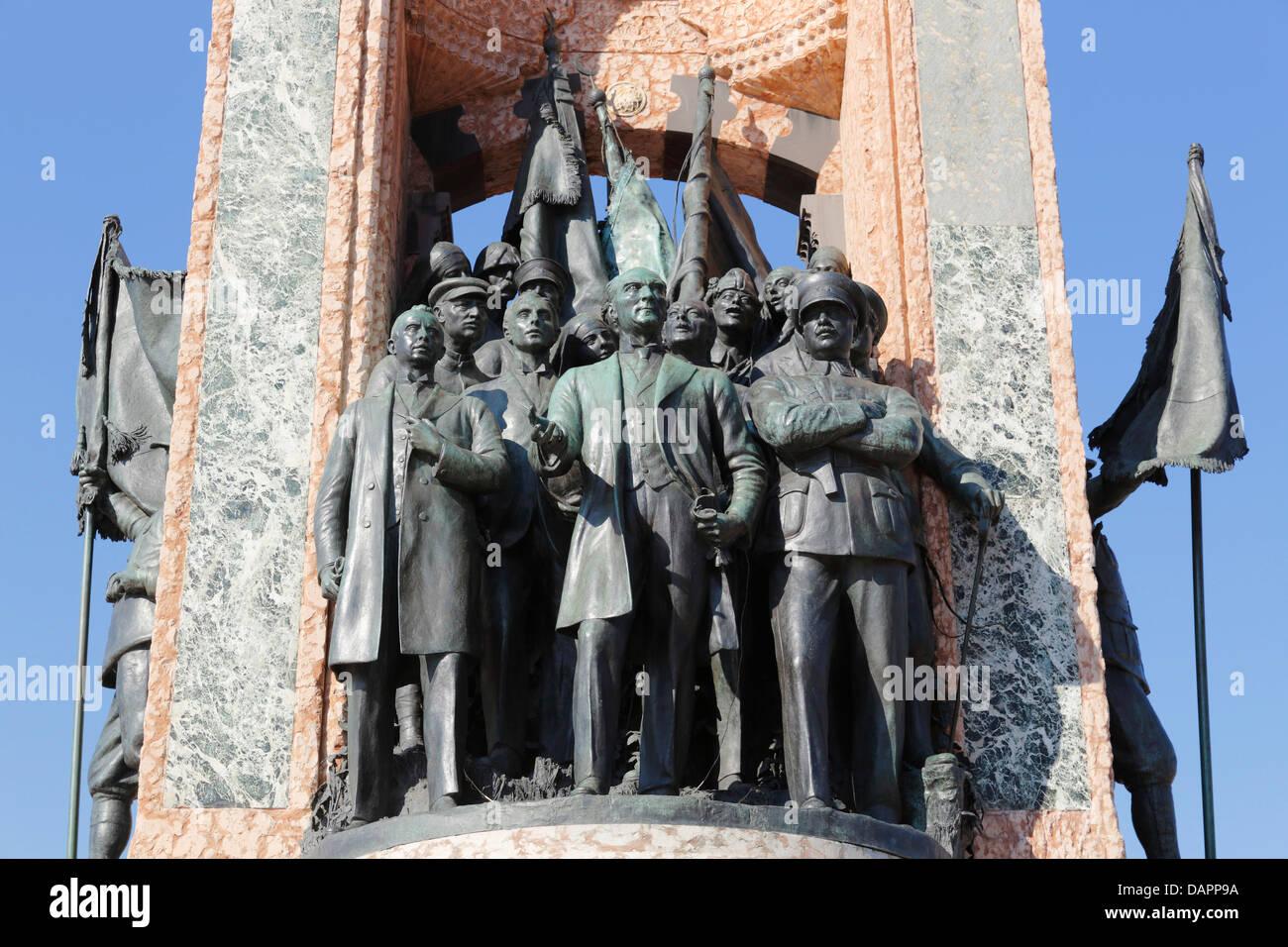 Turquía, Estambul, Mustafa Kemal Ataturk con camaradas en el monumento de la independencia en la Plaza de Taksim Imagen De Stock