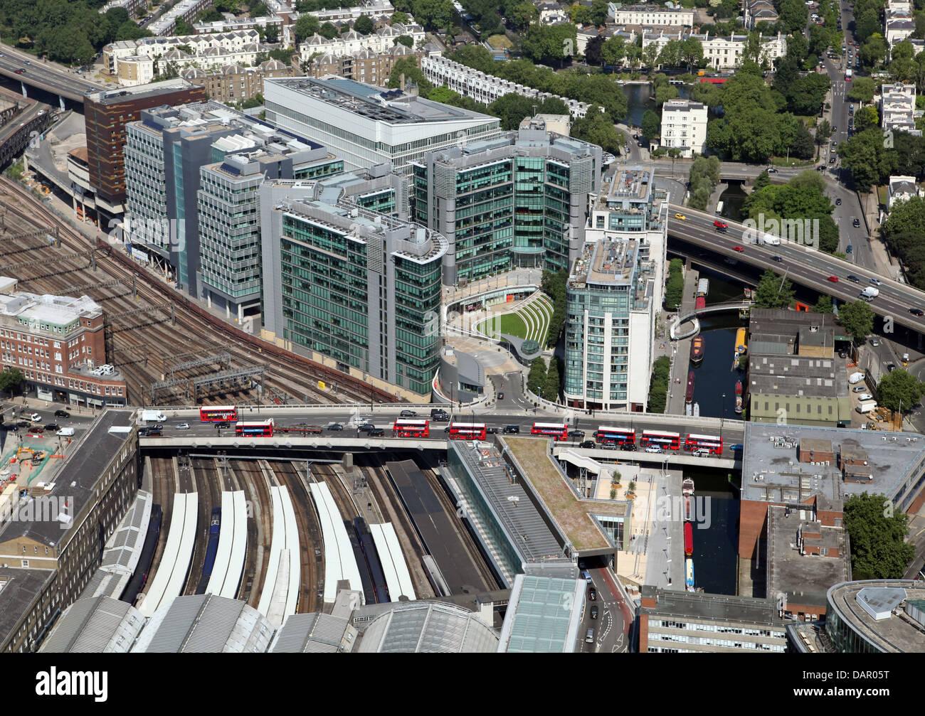 Vista aérea de Bishop's Bridge Road en Londres, la línea de autobuses rojos de Londres Imagen De Stock