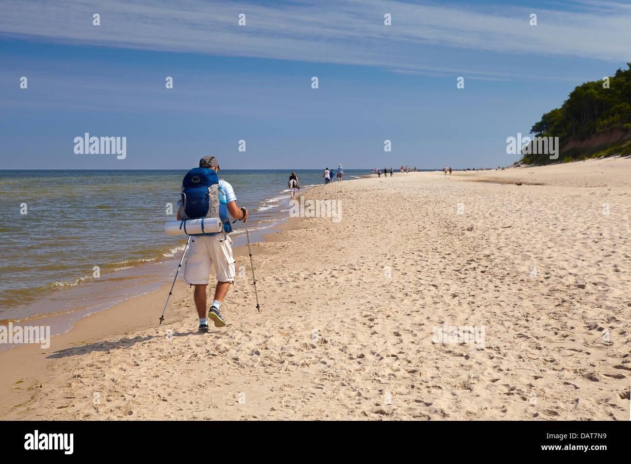 Turista paseando a lo largo de la playa, del mar Báltico, Polonia Imagen De Stock