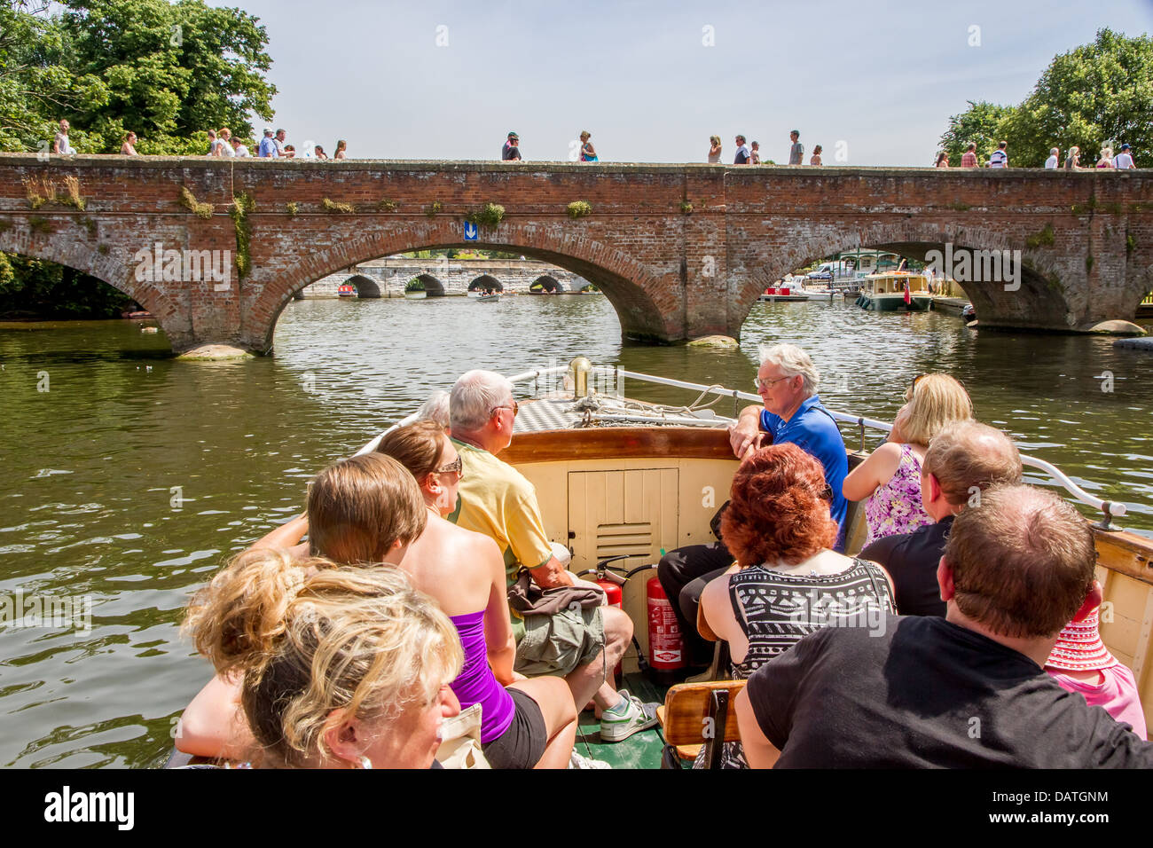 Los turistas de placer disfrutando de un viaje en barco por el río Avon en Stratford Imagen De Stock