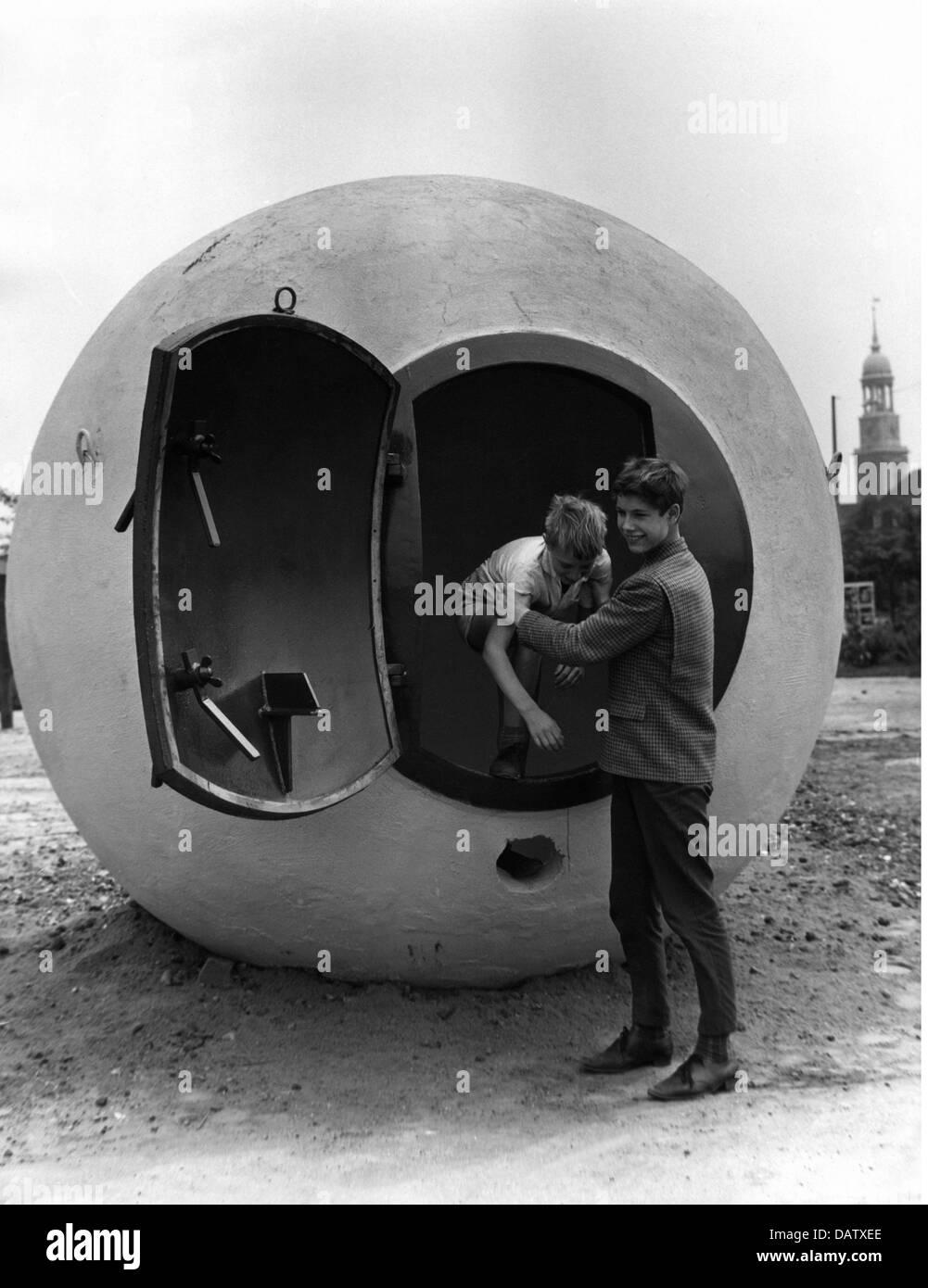 """Guerra fría, vehículos blindados de búnker de hormigón, llamados """"atom fútbol"""", Hamburgo, Alemania, 1960, Additional Foto de stock"""