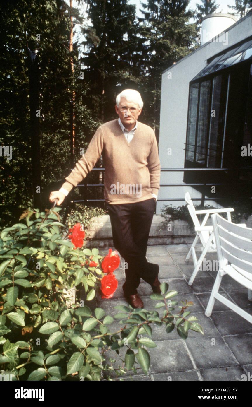 (Dpa) - archivo Jürgen Habermas plantea frente a su casa en el lago Starnberger, Starnberg, Alemania, en agosto Foto de stock