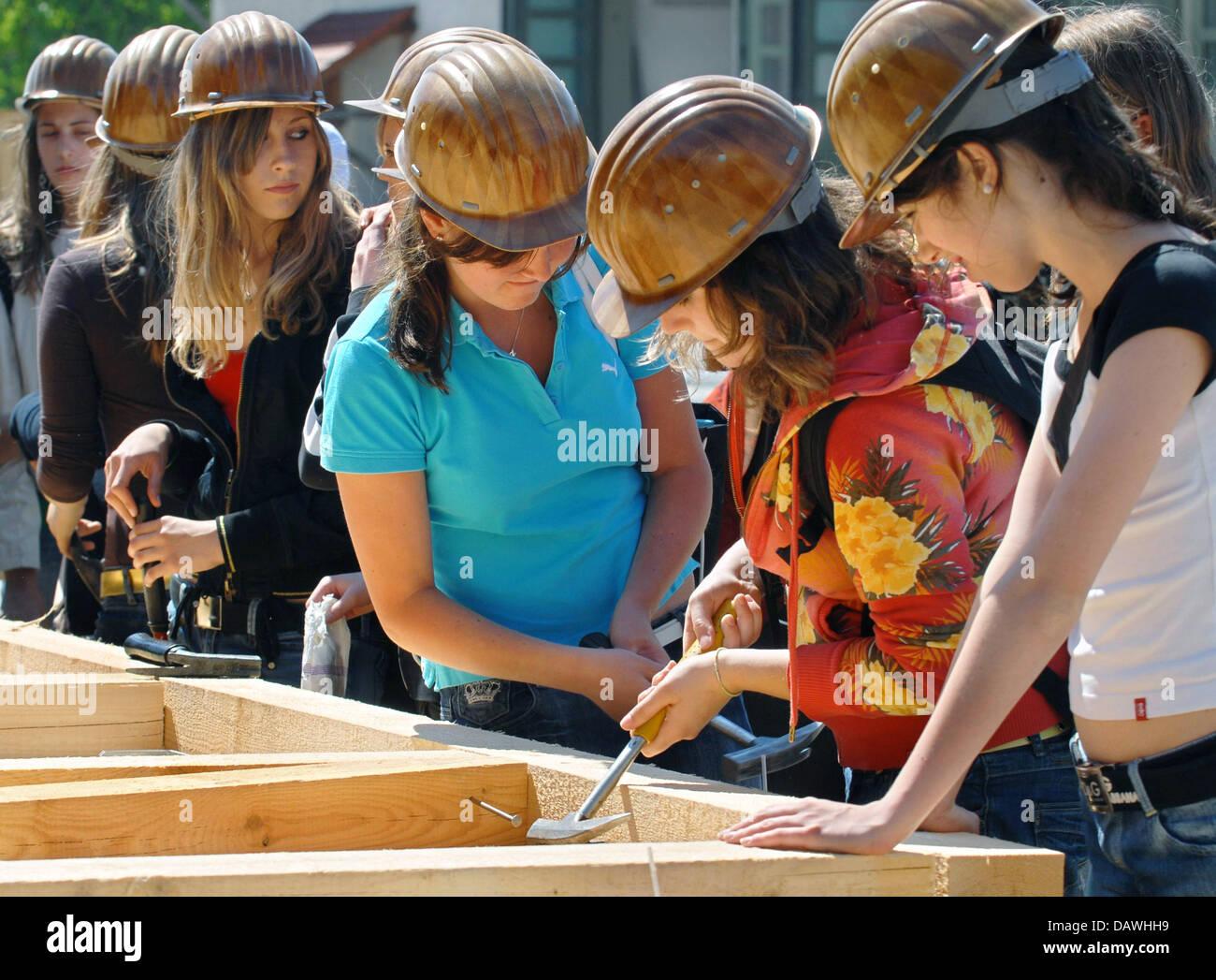 Las niñas hacen el trabajo de los carpinteros en Muenchsmuenster, Alemania, el 26 de abril de 2007. El 7º día de 'chicas'' está de nuevo en la promoción de trabajos típicamente masculinos como factible para las niñas. Foto: Armin Weigel Foto de stock