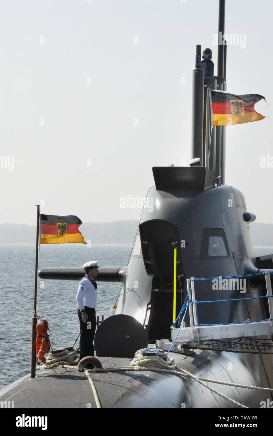 Un cabo significa Looks alive después que enarbolan las banderas para la puesta en marcha del nuevo submarino Imagen De Stock