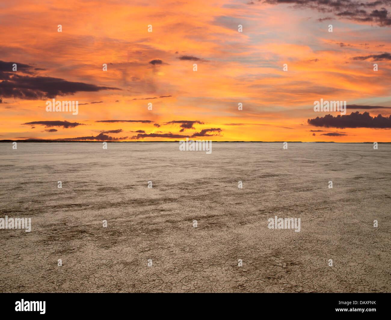 El Mirage Dry Lake con sunset sky en el desierto de Mojave de California. Foto de stock
