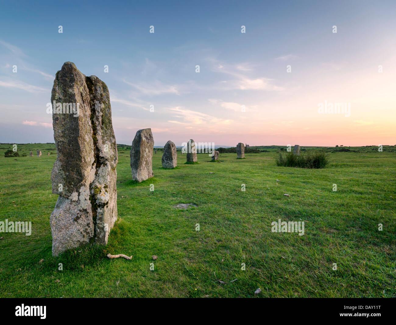 Por la tarde, en la piedra Hurlers Cirlce en secuaces cerca de Liskeard en Bodmin Moor en Cornwall. Foto de stock