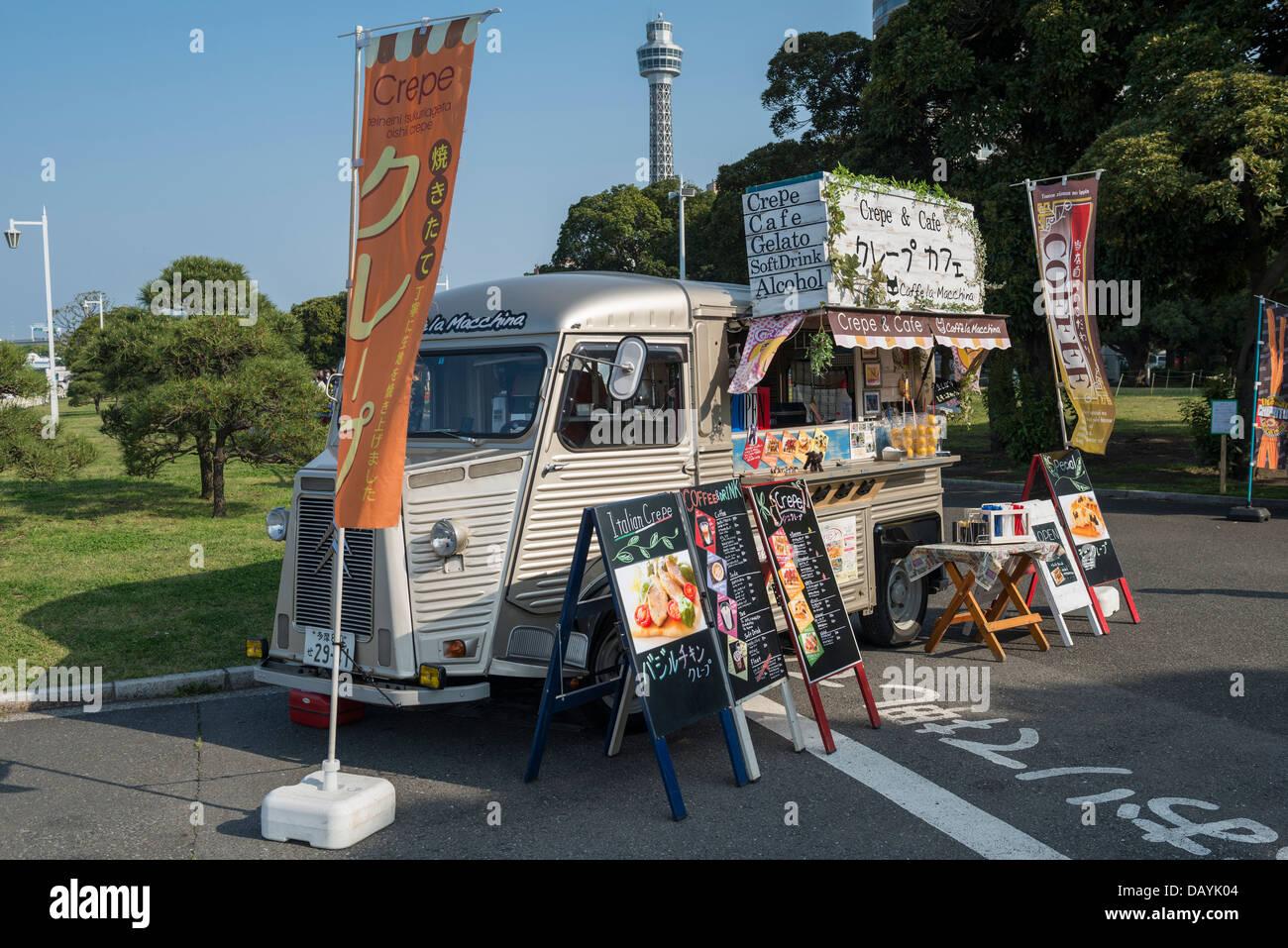 Citroën H Van convertida en una tienda de café y aperitivos móvil del Parque Yamashita y Torre Marina de Yokohama, Yokohama, Japón Foto de stock