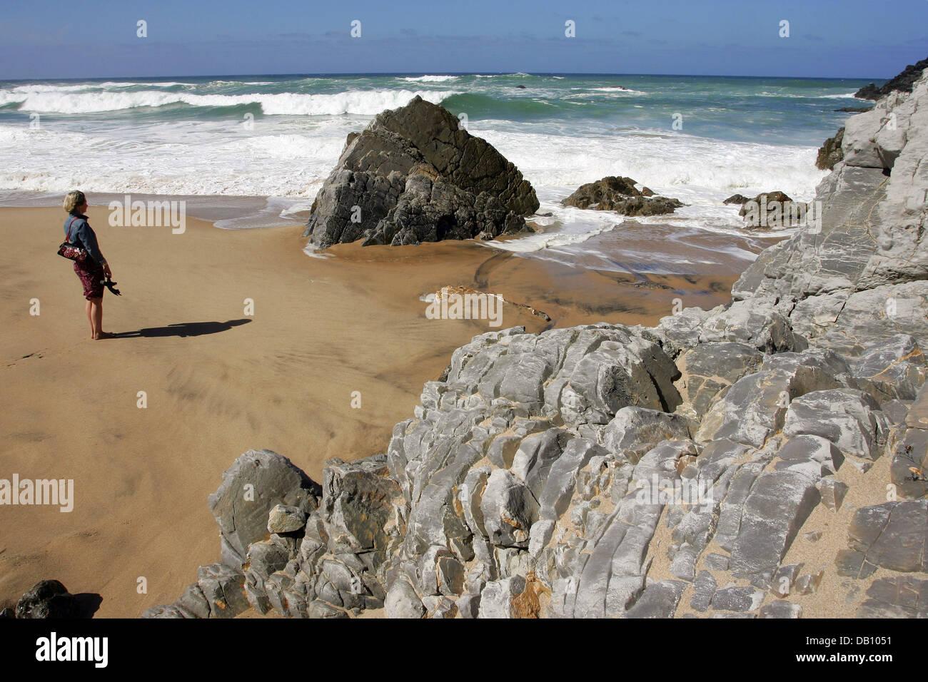 Una Mujer Que Disfruta De La Playa Con Rocas Y Las Olas En La Playa