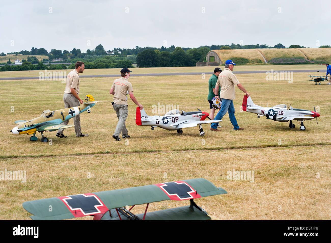 Expositores con Guerra Mundial 2 combatientes (modelo BF 109, P51 Mustang) en el modelo grande de aeronave muestran en RAF Cosford, Shropshire, Reino Unido, julio de 2013. Foto de stock