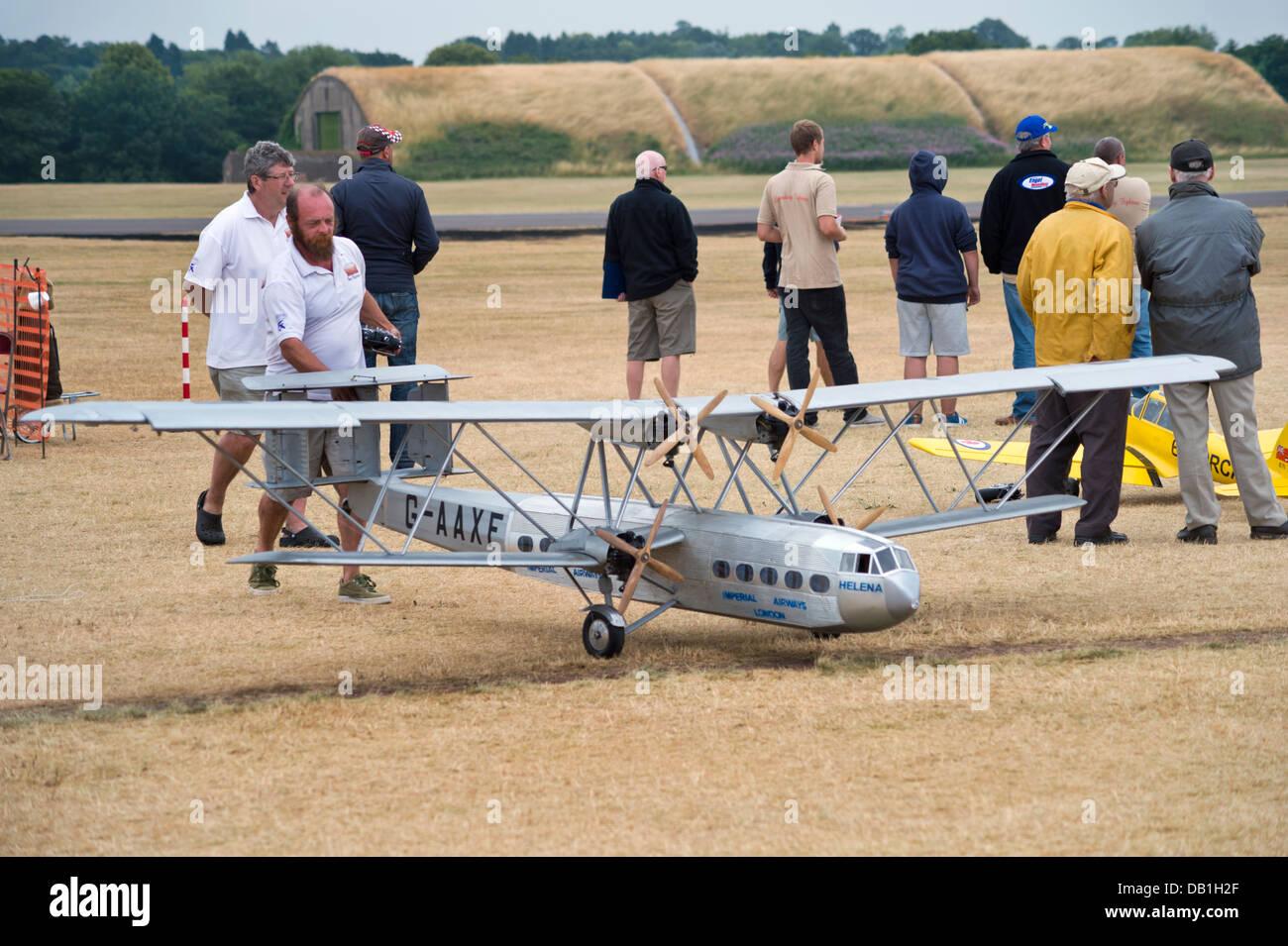Expositor con modelo de avión volando Handley Page en el modelo grande de aeronave muestran en RAF Cosford, Shropshire, Reino Unido, julio de 2013 Foto de stock