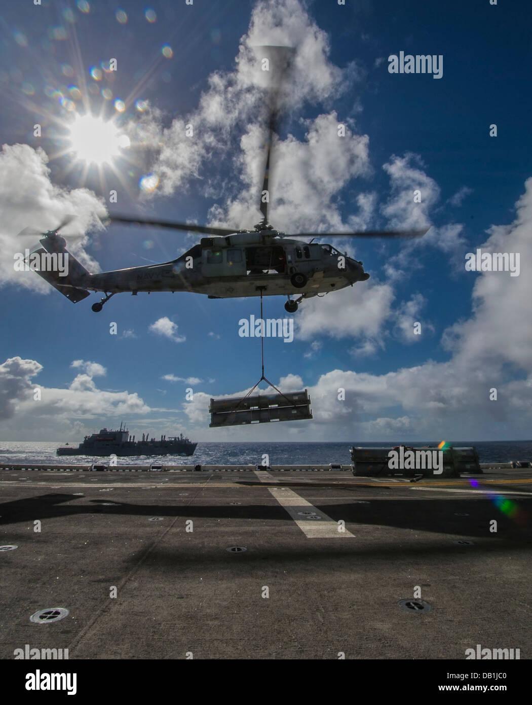Un SH-60 Sea Hawk asignado a la Isla de los Caballeros de mar escuadrón de helicópteros de combate (HSC) Imagen De Stock
