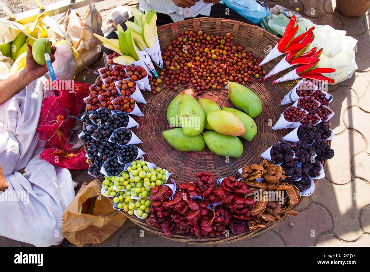 Frutas, comida de la calle aperitivos en Mumbai, India Imagen De Stock