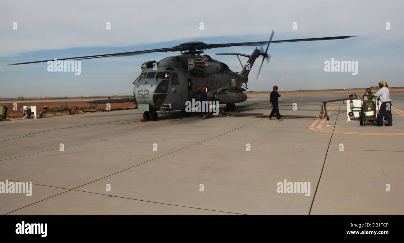 Un tipo CH-53E Super Stallion refuels para el viaje de regreso al Marine Corps Air Station Miramar, California, Imagen De Stock