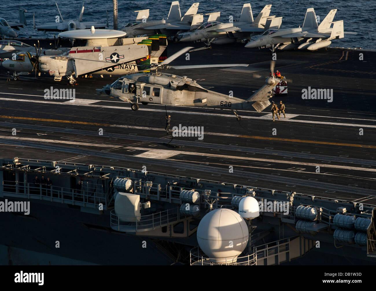Los marineros asignados a la eliminación de Artefactos Explosivos unidad móvil (EODMU) 5 realizar un rápido Imagen De Stock