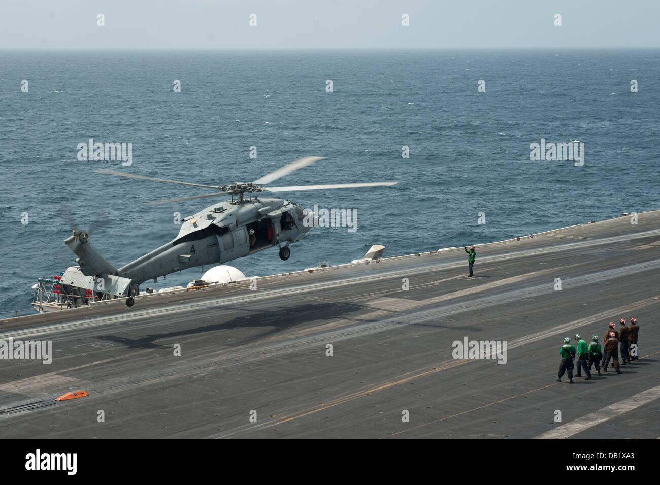 Un MH-60S Sea Hawk helicóptero asignado a los indios del escuadrón de helicópteros de combate de Imagen De Stock