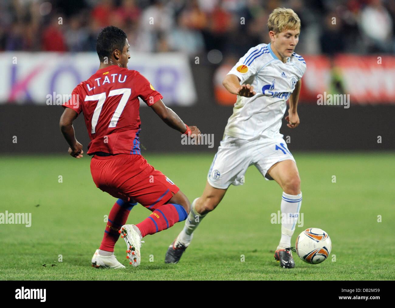 Steaua de Leandro Tatu y del Schalke Lewis Holtby lucha por la posesión del balón durante la Europa League Imagen De Stock