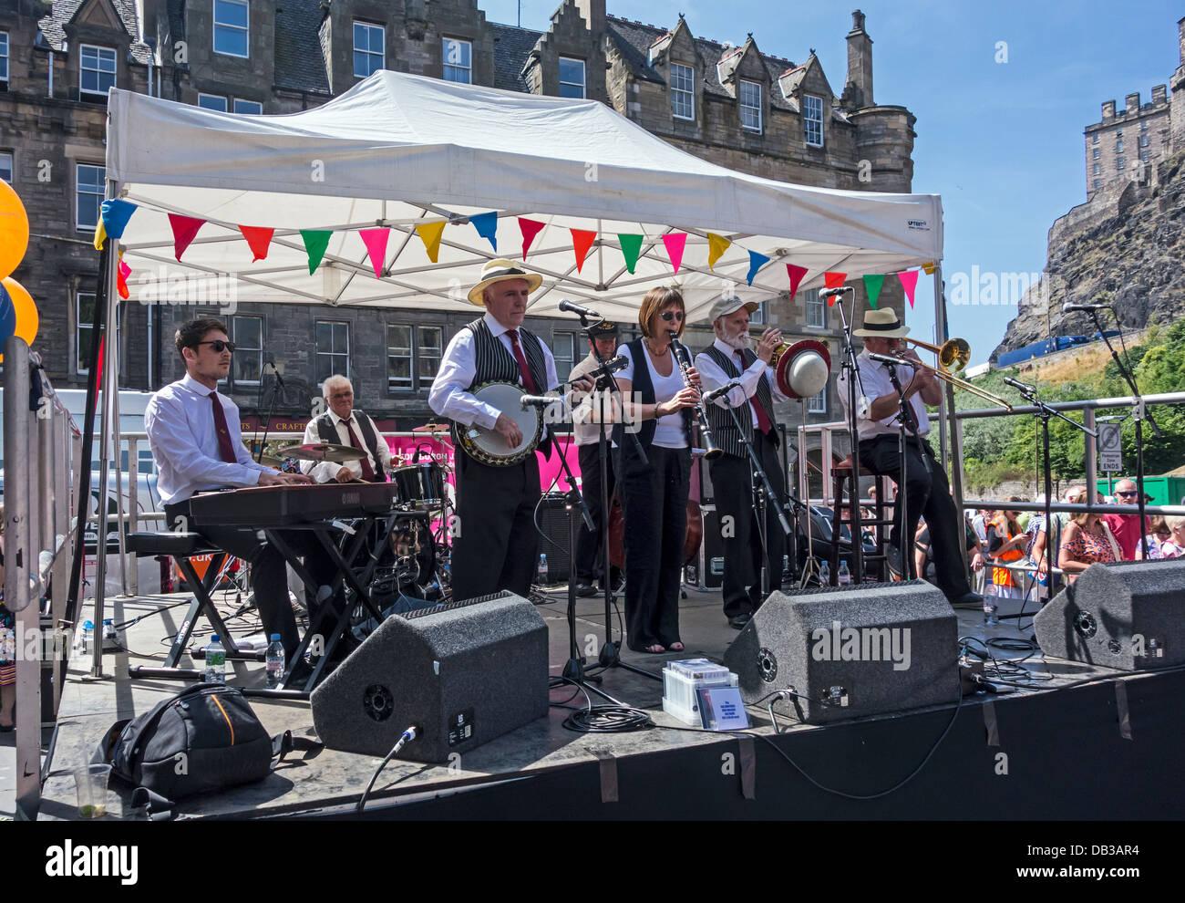 La Rae Hermanos New Orleans Jazz Band tocando en 2013 Jazz & Blues Festival de Edimburgo en el Grassmarket en Imagen De Stock