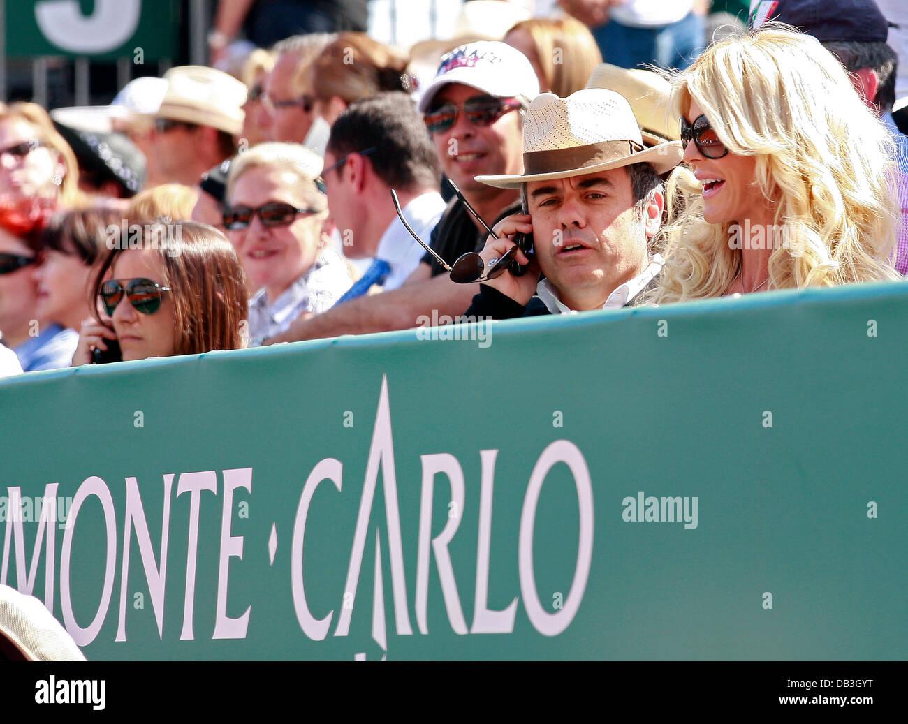Victoria Silvstedt viendo un partido de tenis en el Monte-Carlo Rolex Masters de Monte Carlo, Monaco - 13.04.11 Foto de stock