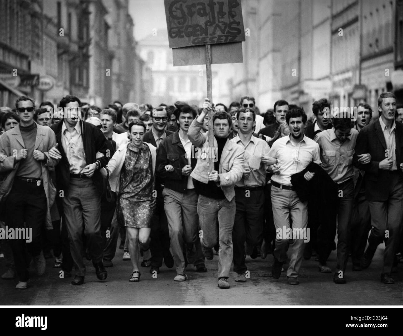 Política, manifestaciones, Alemania, protesta contra las leyes de emergencia, estudiantes corriendo con bandera Foto de stock