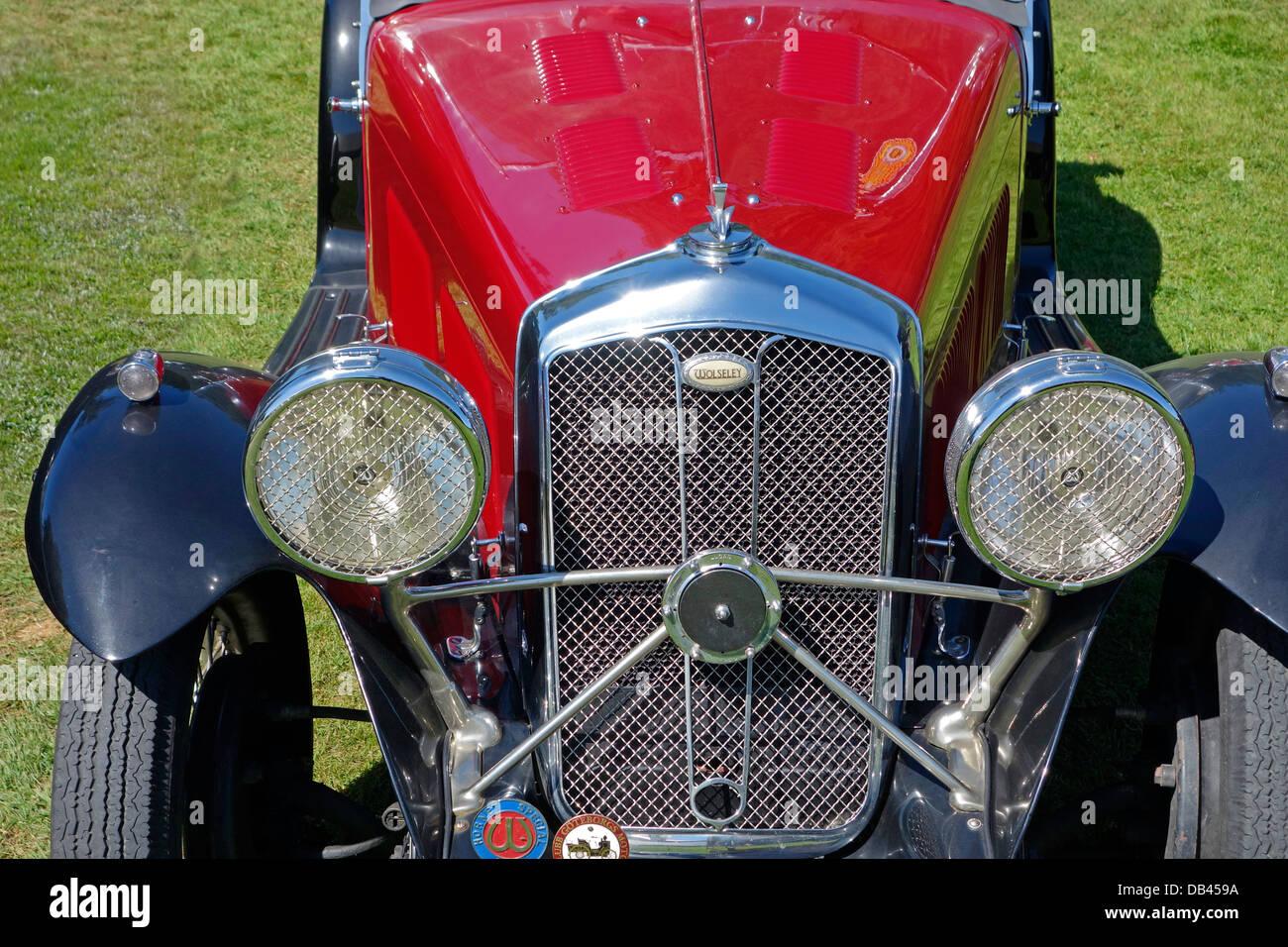 Vista frontal de un antiguo automóvil. Imagen De Stock