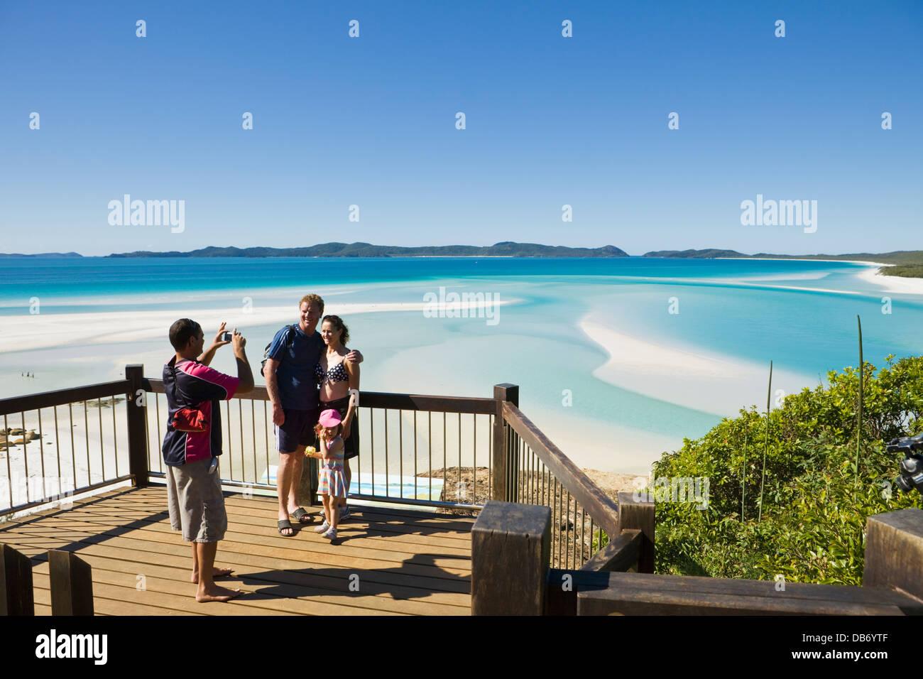 Familia en el pintoresco mirador con vistas a la colina y la entrada a la Playa Whitehaven. La Isla Whitsunday, Imagen De Stock