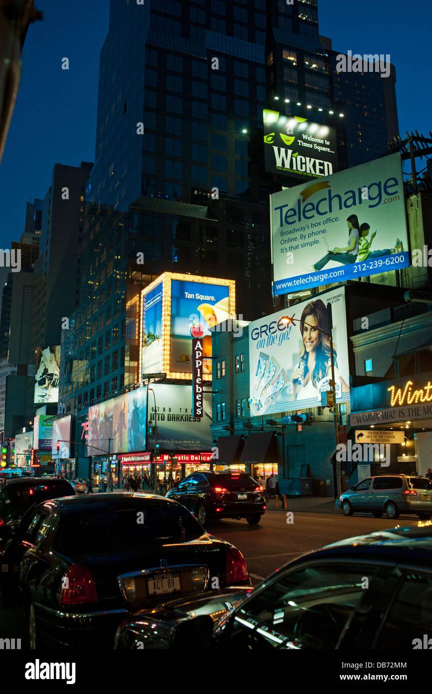 Vallas publicitarias iluminadas, Times Square, la ciudad de Nueva York Foto de stock
