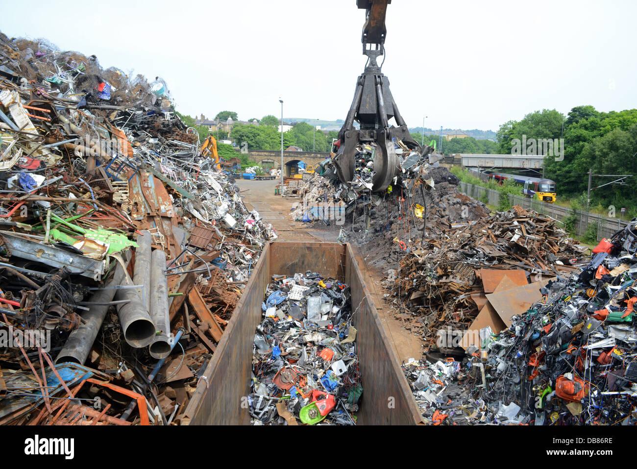 La eliminación de los RAEE residuos de aparatos eléctricos y electrónicos siendo cargados en vagones Imagen De Stock