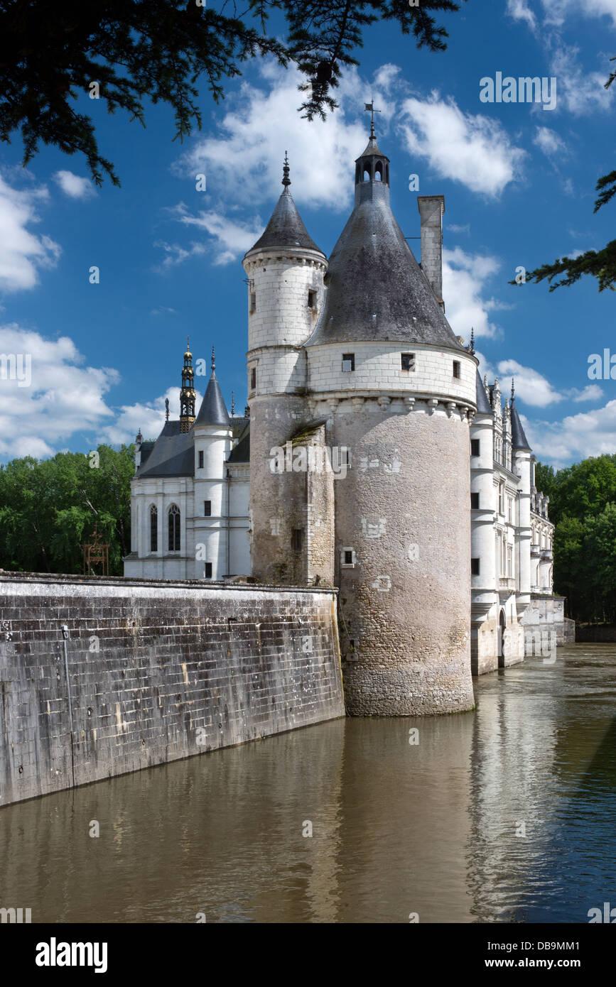 Una vista vertical de Château de Chenonceau en el valle del Loira, Francia, mostrando el río y torres Imagen De Stock