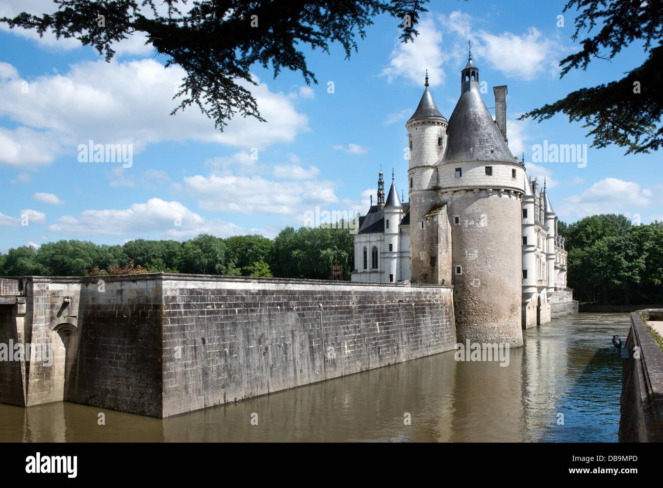 Una vista horizontal del castillo de Chenonceau en el valle del Loira, Francia, mostrando el río y torres Imagen De Stock