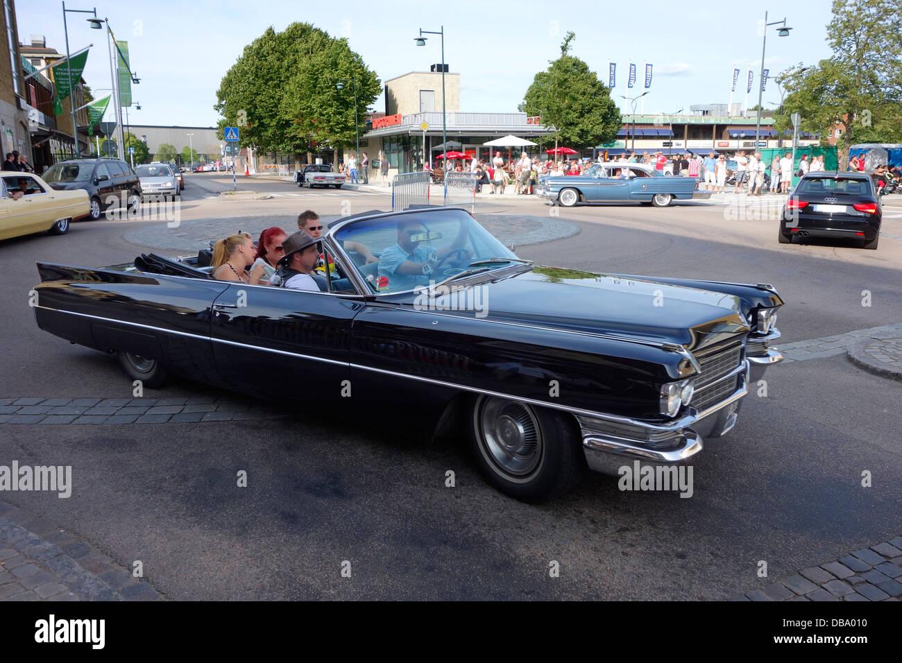 Estilo Rockabilly, personas que viajaban en un coche clásico en la carretera en la ciudad de Varberg, Suecia Imagen De Stock