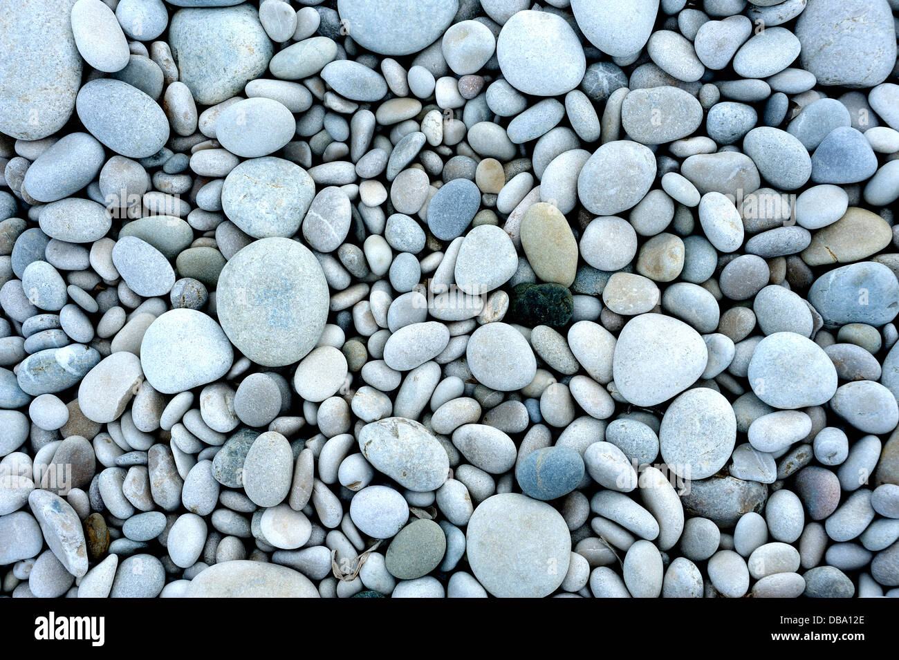 Guijarros o piedras pequeñas sobre una playa Imagen De Stock